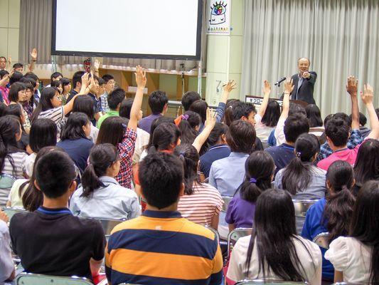 約20名におよび一流講師による講義。質疑応答は講師と塾生の真剣勝負!