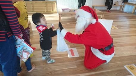 熊本の仮設住宅にサンタが訪問した様子
